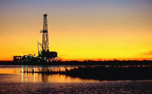 Đồng USD tăng giá khiến giá cả của các loại hàng hóa cơ bản được định giá bằng USD như dầu trở nên đắt đỏ hơn đối với nhà đầu tư sở hữu các loại tiền tệ khác - Ảnh: ABO.