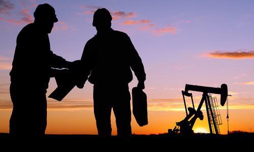 """Hiện nay, sản lượng dầu và dự trữ dầu đều đang rất cao, đồng USD tăng giá mạnh và nhiều khả năng sẽ tiếp tục tăng trong những tháng tới. Tất cả những yếu tố trên có thể """"pha loãng"""" ảnh hưởng tích cực từ việc OPEC hạ sản lượng dầu - Ảnh: APAC."""