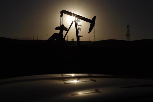 Dù tăng mạnh trong phiên ngày thứ Ba, giá dầu vẫn ở mức thấp trong bối cảnh nguồn cung được dự báo sẽ tiếp tục thừa và nhu cầu dầu tăng yếu trong năm 2016 - Ảnh: Reuters.<br>