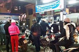 Tối qua, tại Hà Nội, nhiều người đổ xô đi mua xăng do có tin đồn tăng giá mạnh - Ảnh: VnExpress.