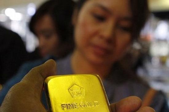 Trên thị trường ngoại hối, giá USD tại các ngân hàng thương mại vọt lên 20.800 đồng, là động lực chính đẩy giá vàng lên cao.
