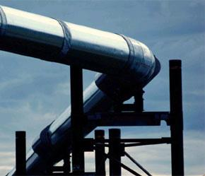 Giá dầu thế giới tăng mạnh sau khi Chevron và ConocPhillips cho biết việc đóng cửa một đường ống dẫn khí của BP ở khu vực Biển Bắc sẽ hạn chế sản lượng của các hãng này.