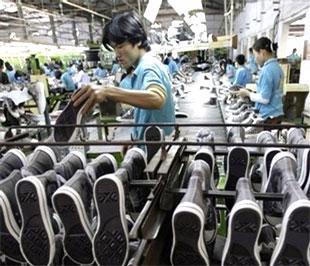 Công nhân tại Nhà máy Giầy Thượng Đình (Hà Nội). Các mặt hàng dệt may, da giày, đồ gỗ, linh kiện điện tử có khả năng tăng trưởng trong những tháng cuối năm do nhu cầu thị trường và giá cả tăng lên - Ảnh: Reuters.