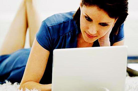 Phụ nữ thường là nhóm khách hàng ưa thích các sản phẩm laptop mỏng, nhẹ, tính năng giải trí tốt.