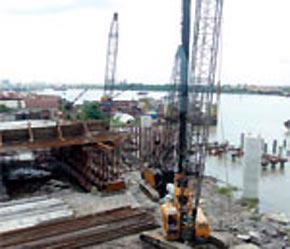 Công trình cầu Thủ Thiêm đang được xây dựng ở phía quận Bình Thạnh.