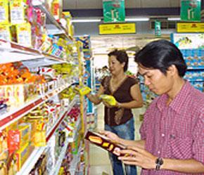 Mua hàng trong siêu thị thay vì mua ở chợ đang là lựa chọn của nhiều người.
