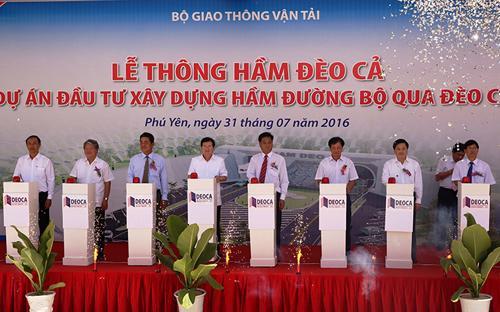 Phó thủ tướng Trịnh Đình Dũng cùng lãnh đạo các bộ ngành, địa phương bấm nút thông xe hầm đèo Cả ngày 31/7.<br>
