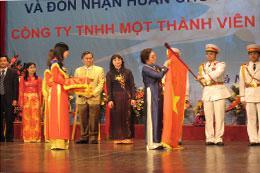 Dệt kim Đông Xuân đón nhận Huân chương Độc lập hạng Nhì.