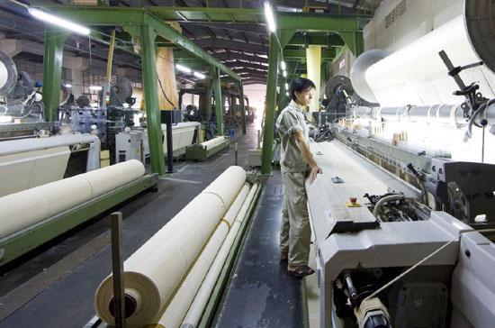 Để đáp ứng được nhu cầu của khách hàng, một phần là do doanh nghiệp dệt may đã áp dụng công nghệ mới cũng như tăng năng suất lao động - Ảnh: Việt Tuấn.