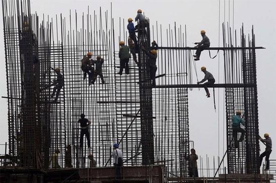 """Theo báo cáo của Chính phủ, trong năm 2011, đã có tới """"333 dự án được khởi công mới sai đối tượng, không thuộc danh mục sử dụng vốn trái phiếu Chính phủ"""" - Ảnh: Reuters."""