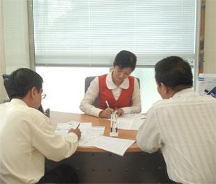 Doanh nghiệp làm thủ tục vay vốn tại Sacombank.