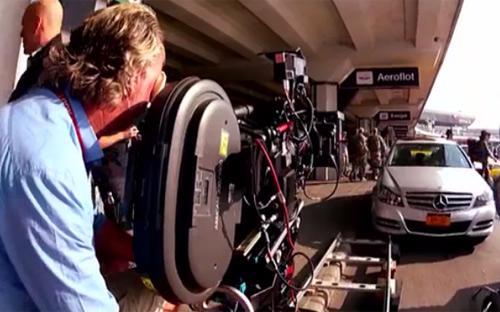 """Phần mới nhất trong serie phim """"Die Hard"""" chứng kiến hàng trăm chiếc xe hơi bị phá hủy. Phần nhiều trong số đó là những mẫu xe mang thương hiệu Mercedes-Benz từ C-class cho đến G-class <i>- Nguồn: Youtube.</i><br>"""