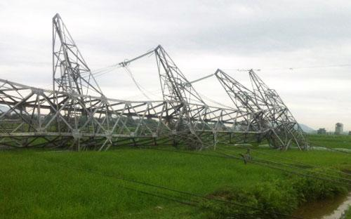 Cột điện đường dây 50 kV tại Bắc Giang đã bị đổ chỉ sau một trận mưa lớn hôm 22/4.<br>