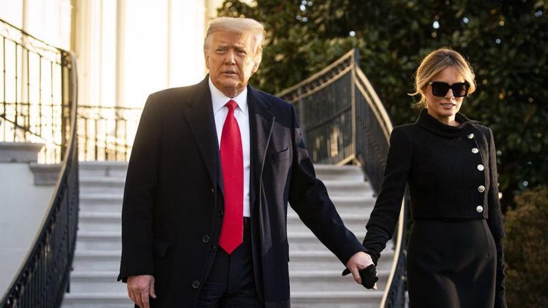 Cựu Tổng thống Donald Trump và phu nhân Melania Trump rời Nhà Trắng sáng ngày 20/1 - Ảnh: Bloomberg