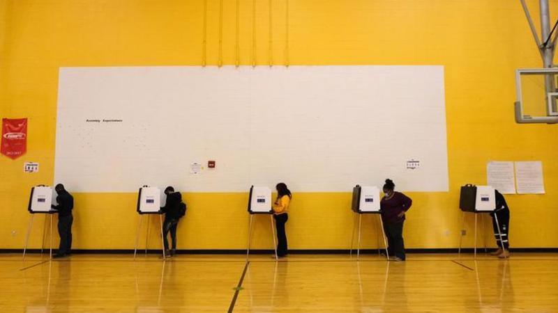 Cử tri Mỹ điền phiếu bầu tại một điểm bầu cử ở Cincinnati, bang Ohio ngày 3/11 - Ảnh: Reuters.