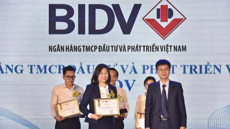 """Bà Nguyễn Thị Kim Phượng, Phó Giám đốc Ban Khách hàng doanh nghiệp nhỏ và vừa, đại diện BIDV nhận danh hiệu """"Tin & Dùng Việt Nam 2019"""" cho dịch vụ Thu hộ học phí."""