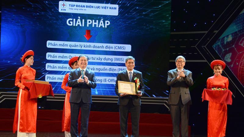 Đại diện EVN nhận giải thưởng danh giá