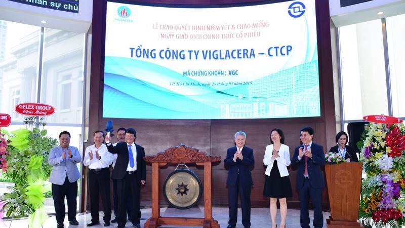 Ông Luyện Công Minh, Chủ tịch Hội đồng Quản trị Tổng công ty Viglacera - Công ty Cổ phần thực hiện nghi thức đánh cồng.