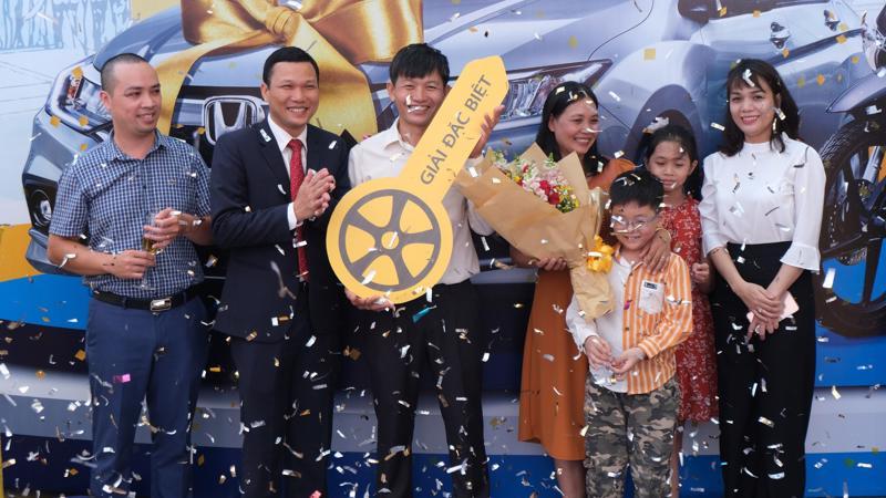Anh Ngô Tấn Luyến trở thành khách hàng may mắn nhất giành được phần thưởng đặc biệt là chiếc xe ô tô Honda City 2019 trị giá hơn 500 triệu đồng.