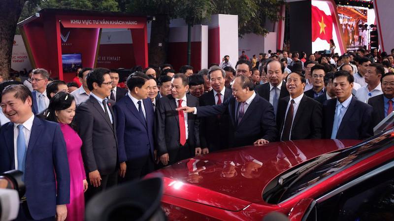 Thủ tướng Nguyễn Xuân Phúc tại lễ ra mắt xe của Vinfast.