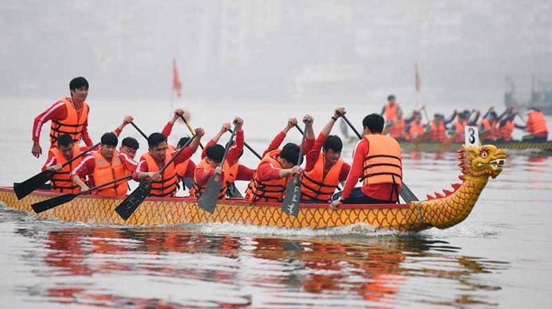 Văn hóa vùng sông, biển với những tục lệ lâu đời đã thành phong tục đặc sắc là vốn quý trong kho tàng văn hóa dân gian cổ truyền Việt Nam.