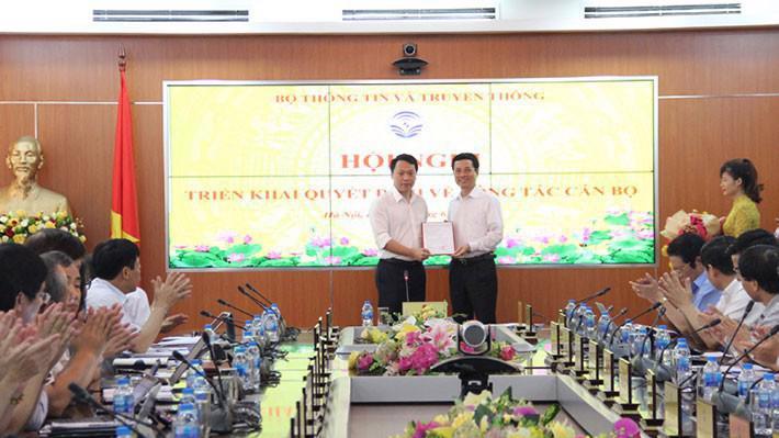 Ông Nguyễn Huy Dũng (trái) nhận quyết định bổ nhiệm từ Bộ trưởng Nguyễn Mạnh Hùng.