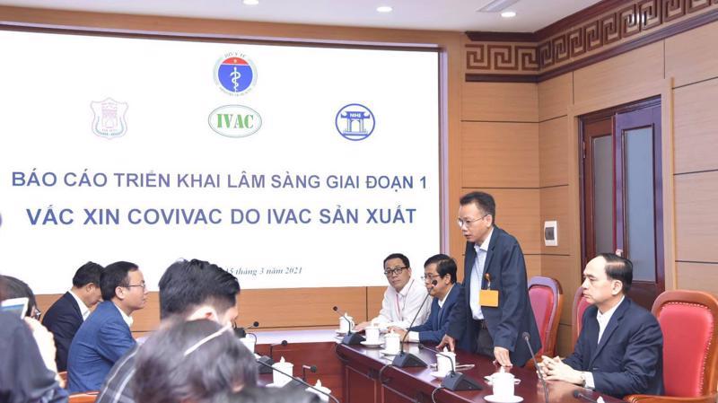 TS Dương Hữu Thái (đứng), Viện trưởng Viện Vắc xin và Sinh phẩm Y tế thông tin về quá trình nghiên cứu vaccine Covivac.