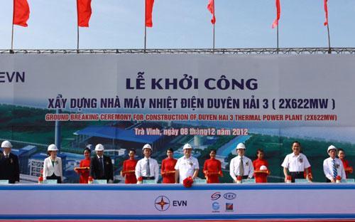 Phó thủ tướng Hoàng Trung Hải cùng đại diện các bộ, ngành và chủ đầu tư tại lễ phát lệnh khởi công dự án ngày 8/12.<br>
