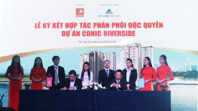 Lễ ký kết hợp tác phân phối độc quyền dự án Conic Riverside giữa chủ đầu tư Conic với Đất Xanh Miền Nam.