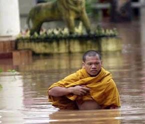Tình trạng trái đất nóng lên sẽ kéo theo nhiều hệ quả nghiêm trọng như bão, lũ lụt...