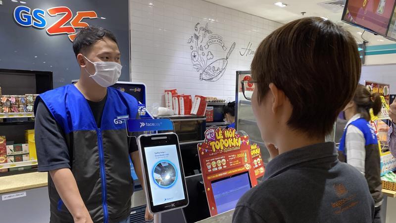 Khách hàng đang thử nghiệm thanh toán bằng nhận diện gương mặt tại cửa hàng tiện lợi GS25