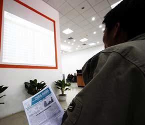 Một nhà đầu tư trầm ngâm tại sàn ABS - Ảnh: Việt Tuấn.