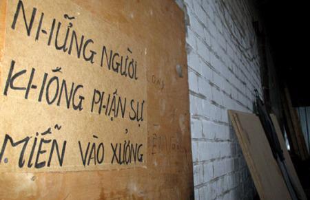 """Trong một xưởng may """"đen"""" tại Nga. """"Nô lệ lao động"""" là cụm từ đã được sử dụng để nói về tình trạng của hàng ngàn lao động Việt Nam ở các cơ sở lao động không hợp pháp tại nước này - Ảnh: BBC."""