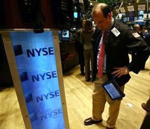 Trong tuần, chỉ số S&P 500 giảm 7% và trở thành tuần giảm điểm mạnh nhất kể từ tháng 10/2008, chỉ số Dow Jones mất 6,2%, chỉ số Nasdaq trượt 6,1% - Ảnh: Reuters.