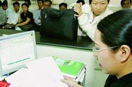 Đăng ký thành lập doanh nghiệp tại Sở Kế hoạch và Đầu tư Tp.HCM. Ảnh: Lê Toàn.