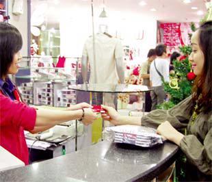 Ngân hàng Đông Á đang đẩy mạnh việc phát hành thẻ tín dụng. Trong ảnh là cảnh thanh toán bằng thẻ tín dụng của Đông Á.