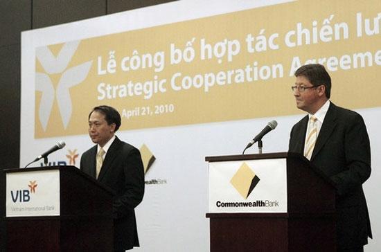 Lễ công bố hợp tác chiến lược giữa VIB với CBA ngày 21/4/2010 tại Hà Nội - Ảnh: Reuters.