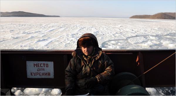 Một người đánh cá ở Vladivostok, nơi cách Moscow 7 múi giờ - Ảnh: NYT.