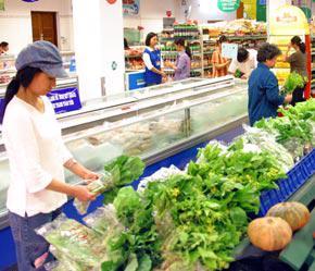 Tăng giá mạnh nhất trong rổ hàng hóa tính CPI là nhóm Hàng ăn và dịch vụ ăn uống, tăng tới 1,59%; trong đó giá nhóm lương thực tăng 0,54%, riêng nhóm thực phẩm tăng tới 2,29% so với tháng 6/2007.