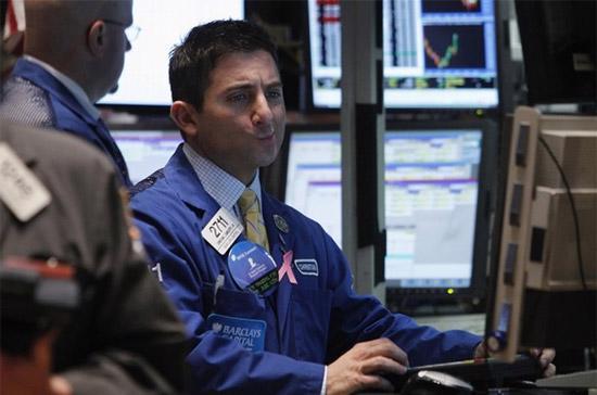 Khoảng 30 phút cuối ngày giao dịch, sau khi có tin Bank of America bán cổ phiếu để có tiền trả nợ, giới đầu tư đã đồng loạt bán tháo cổ phiếu khối tài chính - Ảnh: Reuters.