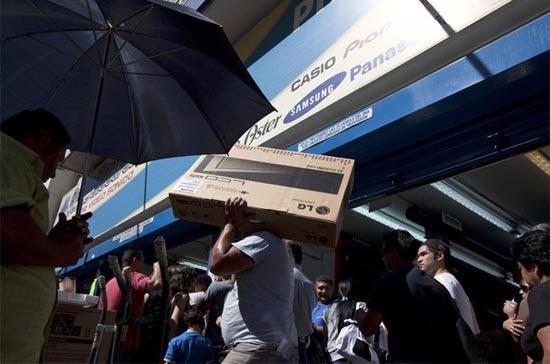 Dòng người mua hàng tại một trung tâm thương mại ở Caracas, Venezuela - Ảnh: Reuters.