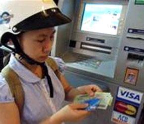 Chủ thẻ thường ghé các điểm ATM dọc đường để rút tiền với chiếc mũ bảo hiểm trên đầu.