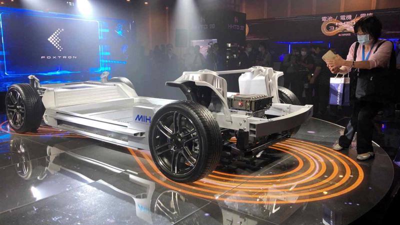 Nền tảng Foxconn dành cho xe điện ra mắt tại một sự kiện của công ty tại Đài Bắc, Đài Loan vào tháng 10/2020 - Ảnh: Reuters