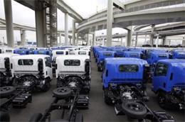 Xe tải Isuzu xếp hàng chờ xuất khẩu ở cảng Yokohama ở Tokyo, Nhật Bản - Ảnh: AP/Daylife.