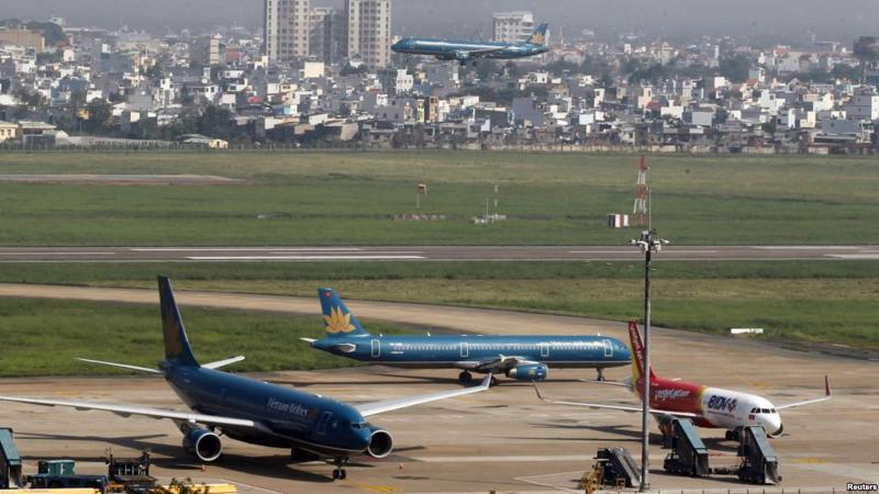 Hiện tại, sân bay Tân Sơn Nhất đang phải phục vụ quá công suất, với lượng khách khoảng 35 triệu hành khách/năm.