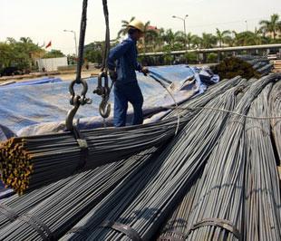 Hiện lượng thép thành phẩm tồn kho tại các doanh nghiệp khá lớn - Ảnh: Việt Tuấn.