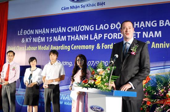Ông Peter Fleet phát biểu tại lễ đón nhận Huân chương Lao động hạng 3 của Ford Việt Nam.