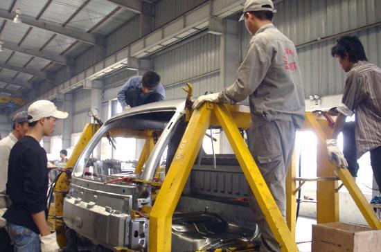 Lắp ráp ôtô tại nhà máy ôtô TMT - Ảnh: Đức Thọ.