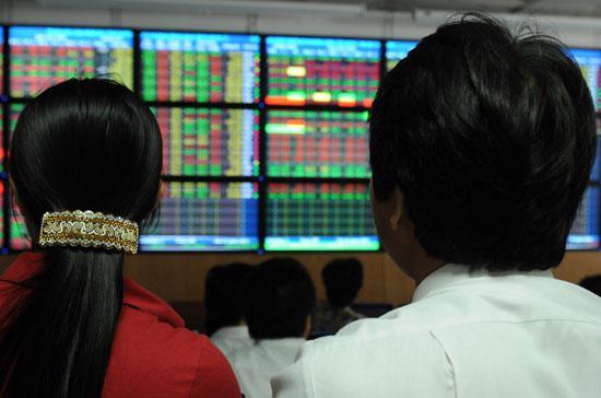 Công ty cổ phần thành lập và hoạt động theo pháp luật nước ngoài không được chào bán cổ phần trên lãnh thổ Việt Nam, trừ trường hợp điều ước quốc tế mà Việt Nam là thành viên có quy định khác.