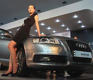 """Các người mẫu luôn góp phần làm """"nóng"""" các kỳ triển lãm ôtô - Ảnh: Đức Thọ."""